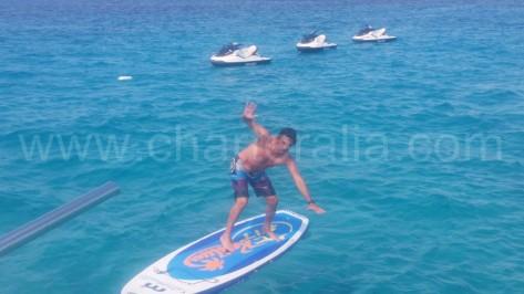 a punto de caerse de la tabla de padel surf en cala compte