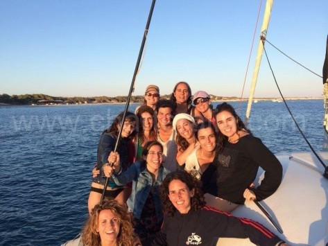 amigas de cumpleaños en barco de alquiler en salinas ibiza