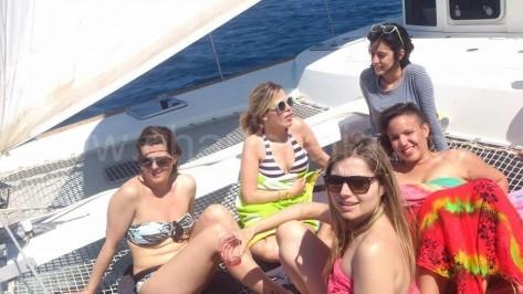 amigas en la red del catamaran en ibiza