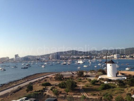 Molino Ibiza y vista bahía san antonio