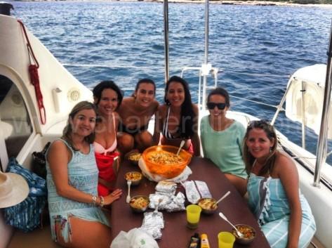comer en el barco de alquiler