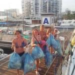 sacando la basura del barco