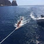 grupo arrastrado mientras navega el alquiler de barco