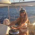 la novia y capitana por un día del timon del barco