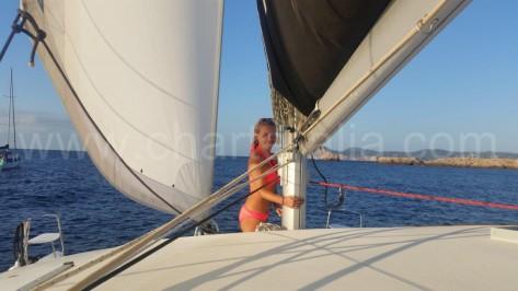 la sirena en el mastil del barco de alquiler en ibiza