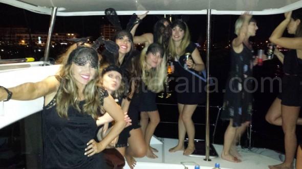 A estas chicas les dieron las tantas. No se bajaron del barco hasta terminar la última cerveza de las que habían traido