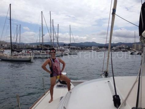 novio disfrazado en despedida de soltero en catamaran