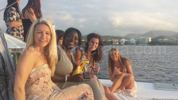 Disfrutando de una copa a bordo
