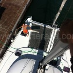 Las proas del catamaran desde media altura, vista desde el palo