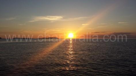 puesta de sol desde cafe del mar en la bahia de san antonio en ibiza