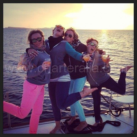 Tomando una copa a bordo del catamaran en Ibiza