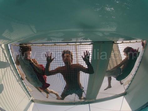 red del catamaran desde el agua