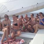 reunion amigos en barco de charter de ibiza