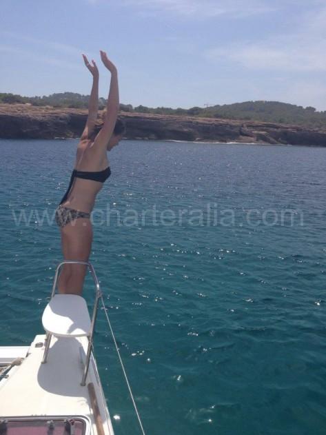 saltando del barco en cala gracio san antonio