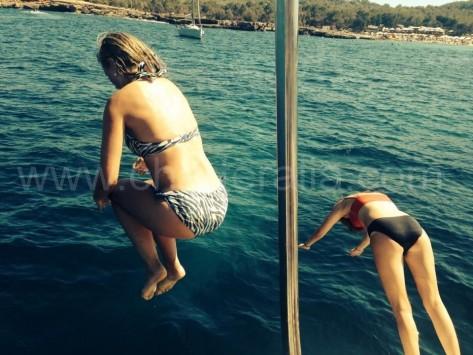 saltanto al agua en playa talamanca ibiza