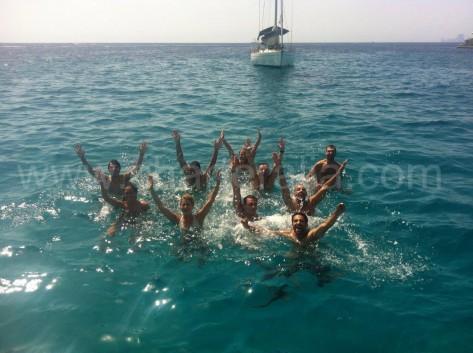 grupo nadando en formentera