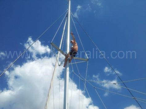 subir una persona al mástil del barco con la driza de la vela mayor