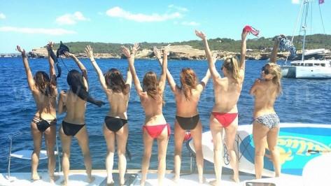 top less de espaldas en barco entre ibiza y formentera