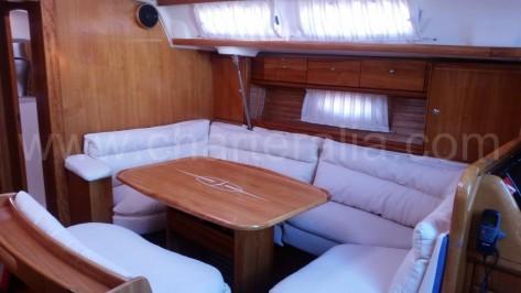 Tapiceria a estrenar en barco de vela de charter en ibiza