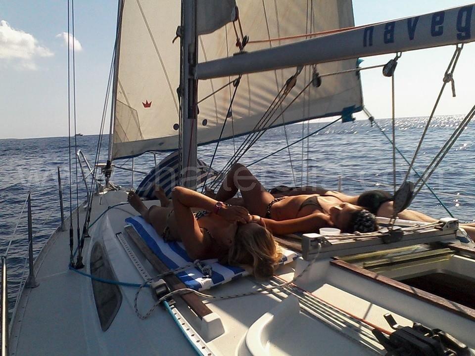 chicas navegando a vela en Ibiza