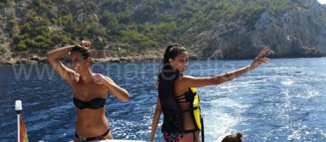chicas en bikini en barco Ibiza