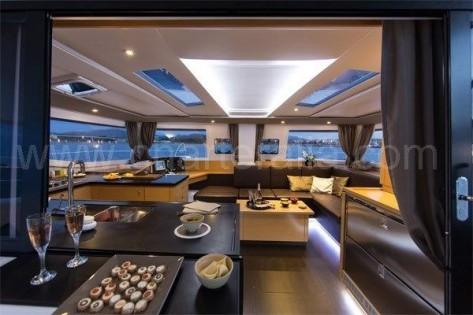 Salon completo visto desde la terraza del catamaran para alquilar en Baleares