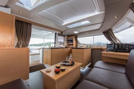 Salon con ventana superior catamaran Helia 44 en Ibiza