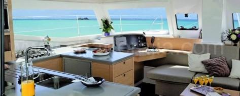 Salon y Cocina barco de alquiler de lujo en Ibiza y Formentera Helia 44