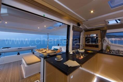 cocina y terraza del barco de alquiler con patron en Ibiza y Formentera Helia 44