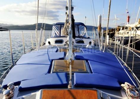 Solarium con colchonetas barco de alquiler de vela Amica 44