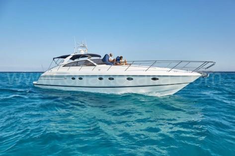 Alquiler de barco a motor con tripulacion de Charteralia en Ibiza y Formentera