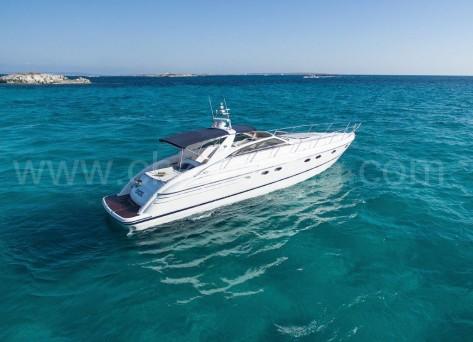 Barco Princess V55 fondeado en Formentera