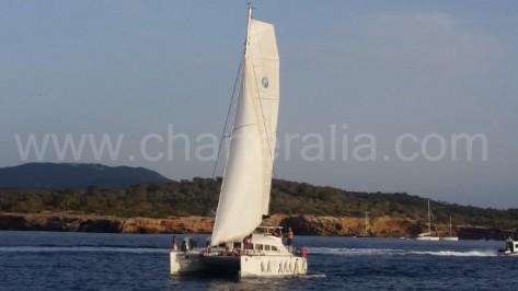 Catamaran Lagoon 380 de 2014 navegando en Ibiza a vela