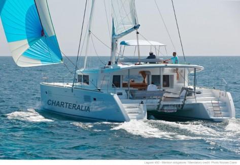 Catamaran en Ibiza Lagoon 450 navegando con gennaker