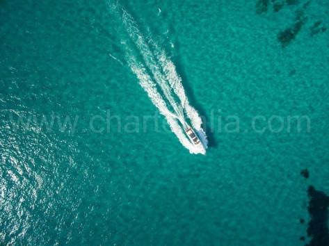 Foto con drone del barco motor Princess V55 navegando