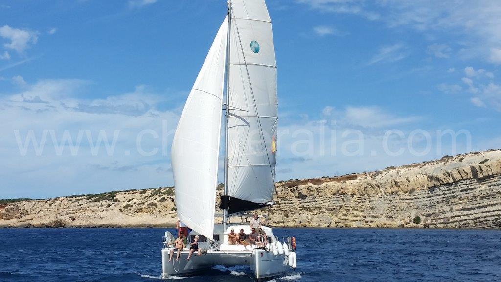 Navio de alquiler navegando en orejas de burro viento en popa