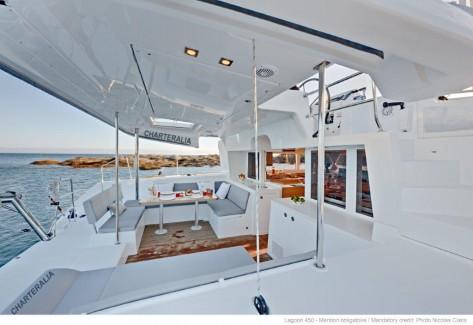 Terraza de popa alquiler de catamaran Lagoon 450 aire acondicionado en Ibiza y Formentera