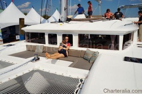 Terraza frontal con sofas del Lagoon 450 en Baleares