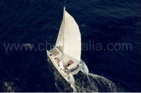 Vista aerea del barco de alquiler en Ibiza navegando