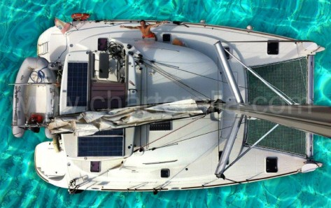 catamaran Lagoon 380 sobre aguas turquesas en cala conta