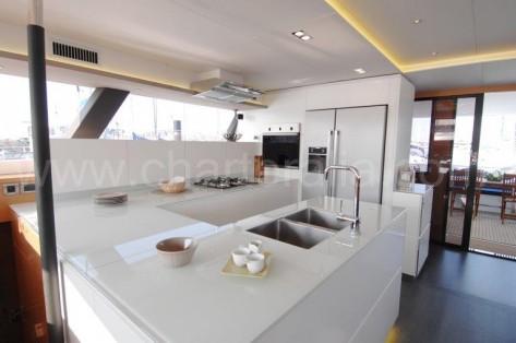 Cocina Fountaine Pajot catamaran alquiler ibiza lujo