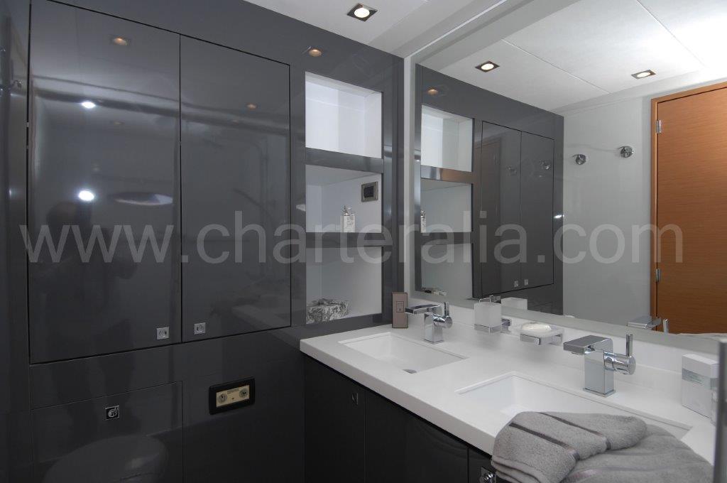 Cabinas De Baño De Lujo:Uno de los cuartos de baño con lavabo doble, armarios, enchufes y