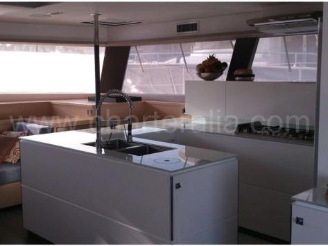 Vista de la cocina desde la terraza de popa del catamaran Fountaine Pajot 67
