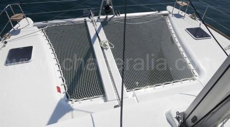 Vista de las redes frontales del catamarán desde el mástil