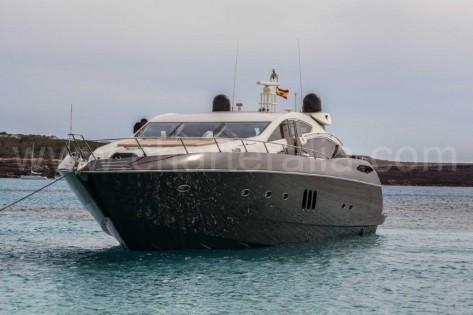Vista frontal de la Sunseeker 82 Predator de charter en Ibiza y Formentera