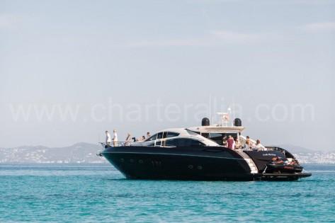 Vista general del alquiler de yate Ibiza Sunseeker 82 con moto de agua