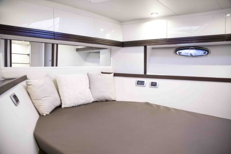 Cabina doble en el yate para charter Stealth 50