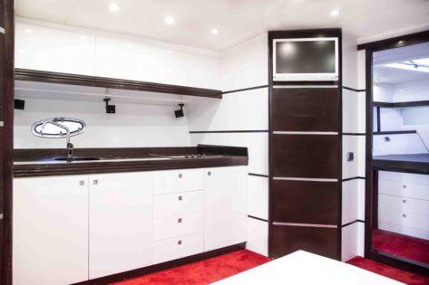 Cocina en el interior del yate Stealth 50 para alquiler en Ibiza