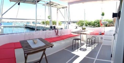 Alquiler yates de vela en Ibiza zona exterior bañera trasera catamaran 52 pies