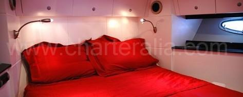 Cabina doble del Stealth 50 embarcacion de motor para charter en Ibiza y Formentera